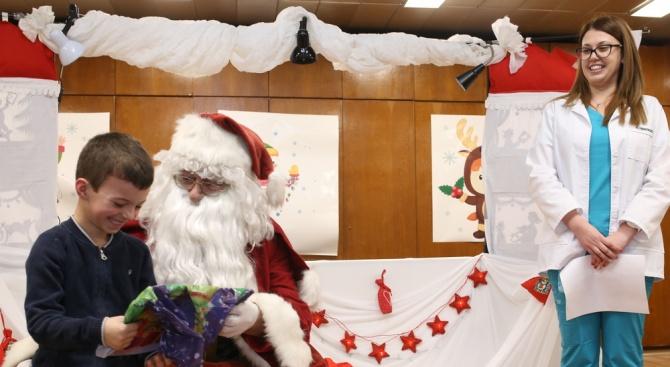 Дядо Коледа раздаде подаръци на най-малките пациенти на Военномедицинска академия.