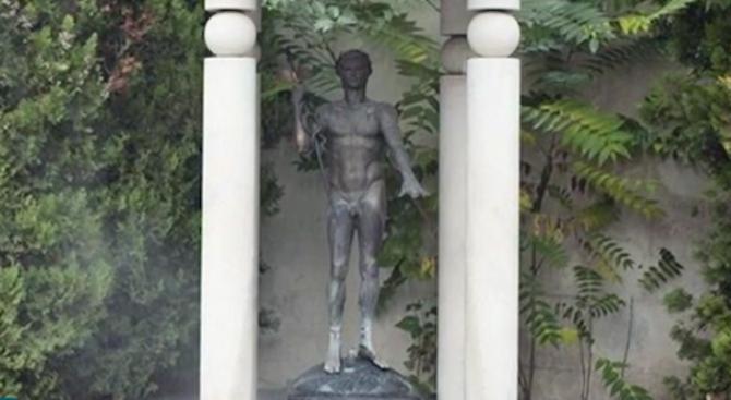 Задигнаха статуята на Аполон пред Централната софийска баня