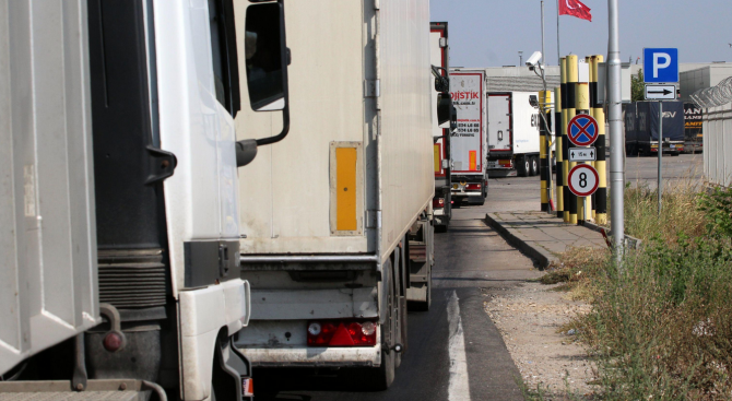 Спира се движението на камиони над 12 т по автомагистралите и натоваренитe пътища до 14.00 часа днес