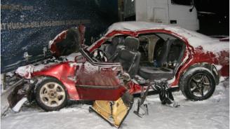 Двама загинали и трима тежко ранени при жестока катастрофа в Разградско (снимки)