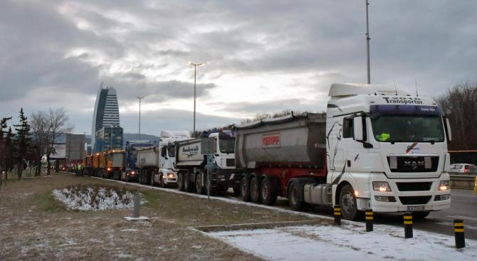 Утре от 14 ч. до 20 ч. се спира движението на камионите над 12 т по автомагистралите и натоваренитe пътища