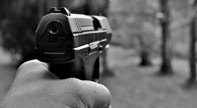 Дрогиран шофьор заплаши с пистолет млада шофьорка и опита да избута колата ѝ от пътя