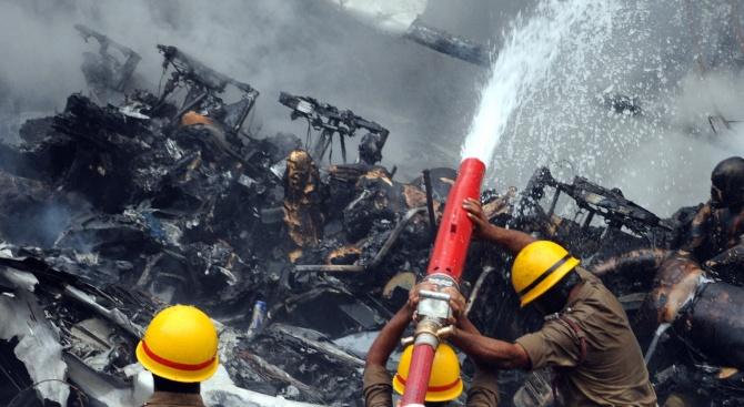 Пожарникари се борят със замърсяването на въздуха в Делхи