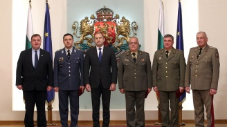 Румен Радев връчи пагони на военнослужещи, удостоени с висше офицерско звание (снимки)