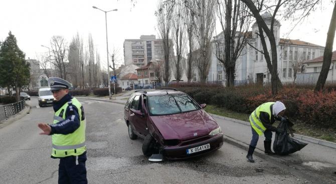 Фиат катастрофира в стълб в Хасково (снимки)