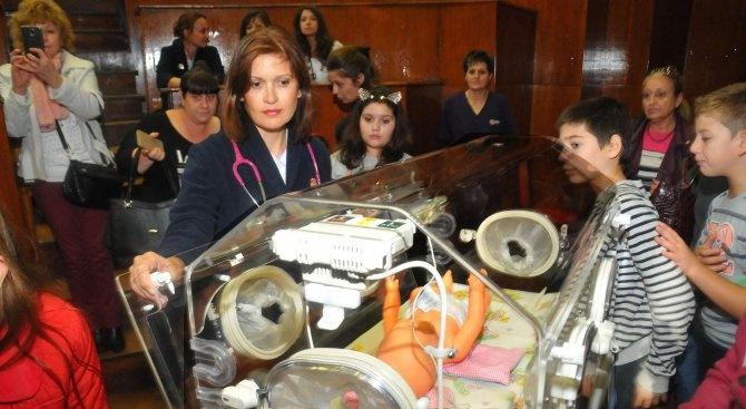 Ученици в Сливен дариха пари за кувьоз на областната болница