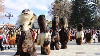 С кукерски карнавал и пожелания за здраве Банско посрещна Новата 2019 година (снимки)