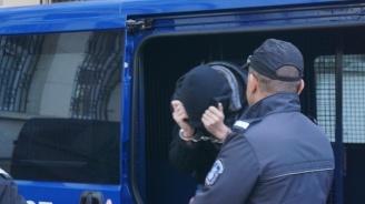 Гледат мярката на тийнейджъра, задържан за убийството на баща си (снимки)