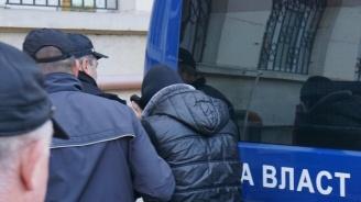 Пуснаха от ареста тийнейджъра, обвинен за убийството на баща си (снимки)