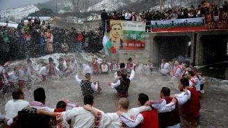 Мъжко ледено хоро се изви в Зверино (снимки)