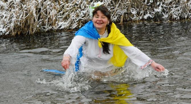 Украинска гражданка поиска да влезе в ледените води, заедно с