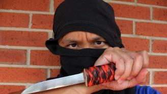 Мъж нападна и рани с нож трима души в Манчестър