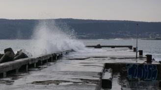 Огромните вълни във Варна попречиха на водолазите да направят оглед на дъното преди Йордановден (снимки)
