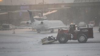 Мюнхенското летищеотменя над 120 полетазаради снеговалеж