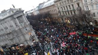 Хиляди унгарци протестирахав Будапеща срещу новия законза извънредния труд(видео+снимки)