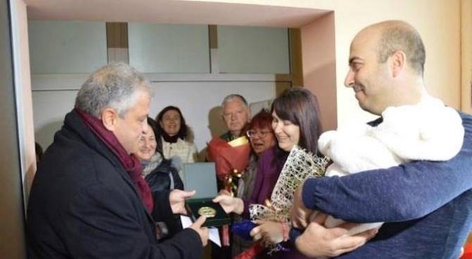 """Кметът на Гоце Делчев връчи подаръци на първото бебе, родено за 2019 година в МБАЛ """"Иван Скендеров"""""""