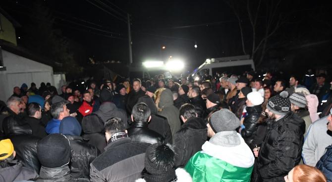 Жителите на Войводиново излязоха на трети протест (снимки)