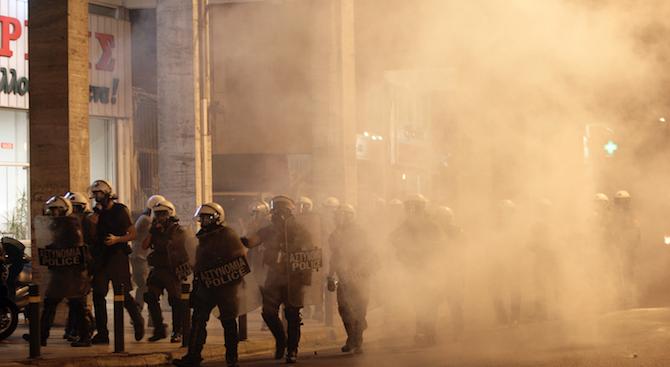 Полицията в Атина използва сълзотворен газ срещу протестиращи срещу Меркел