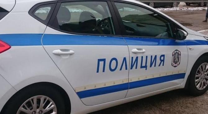 Разбиха и обраха магазин в Хасково