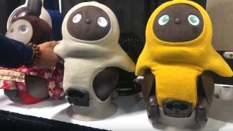 Робот прегръща и повдига настроението на самотни хора (видео)