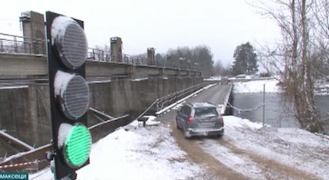Снимка: Пуснаха пробно временният мост на река Искър при Чомаковци
