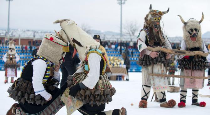 Над 3000 кукери се събраха на фестивала в Симитли (снимки)