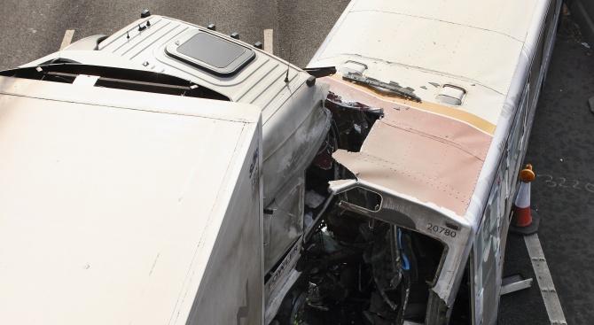 Шест души загинаха, след като камион се сблъска с микробус в Швеция