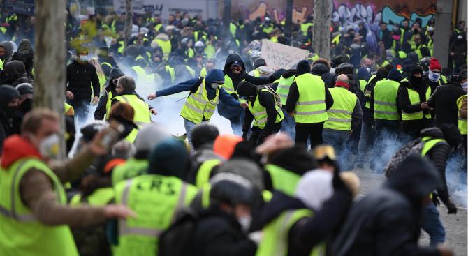 """Около 84 000 """"жълти жилетки"""" участваха във вчерашните протести във Франция"""