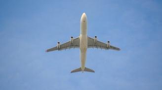 Наказаха командир на самолет, вкарал тайно жена си в пилотската кабина