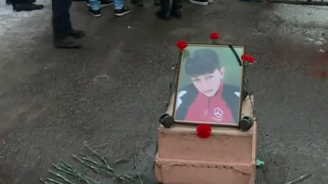 Близките на починалото от задушаване момче направиха мирно бдение