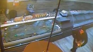 Ето го крадеца, задигнал кутия с дарения от магазин в Бургас