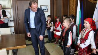"""Малки сурвакари """"наричаха"""" с добри думи кмета на Банско"""