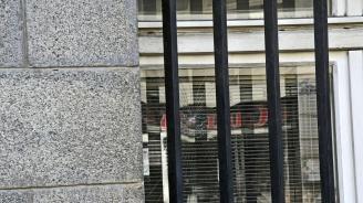 Неизвестен метна камък по Съдебната палата в София, счупи прозорец (снимки)