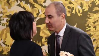 Цветанов подари гербер на Нинова за рождения ѝден (снимки)
