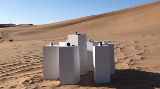 """Инсталация свири в пустинята без прекъсване хит на групата """"Тото"""" (видео)"""