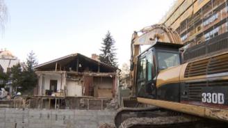 Строеж в София събори стената на къща