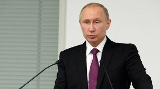 Владимир Путин се потопи в ледени води (видео)