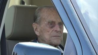 Снимаха принц Филип как кара. Този път без колан