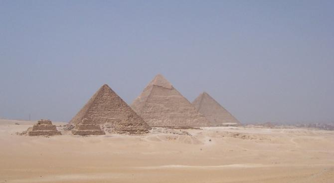 Тринадесет пирамиди, издигнати на два съседни хълма в северната част