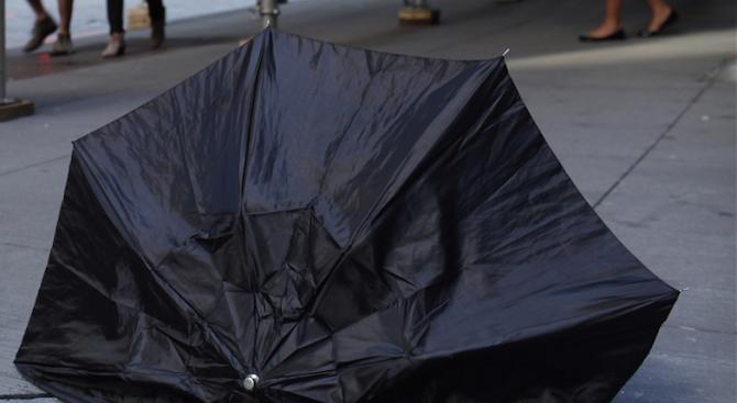 Заради силен вятър в Сопот евакуираха близо 600 ученици