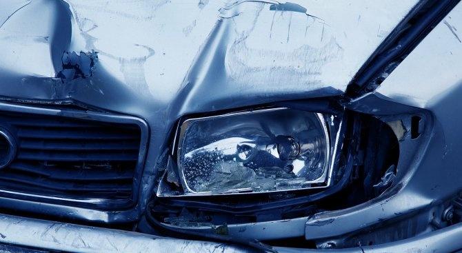 Трима души са пострадали при челен сблъсък между два автомобила