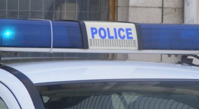 Полицейски служители работят по случай на грабеж в сливенския квартал