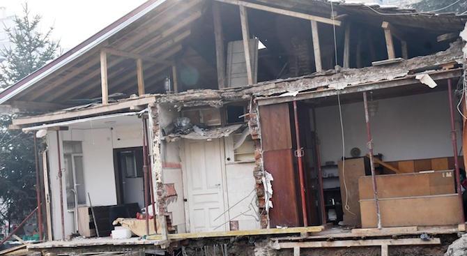 Строеж в София събори стената на къща (снимки)