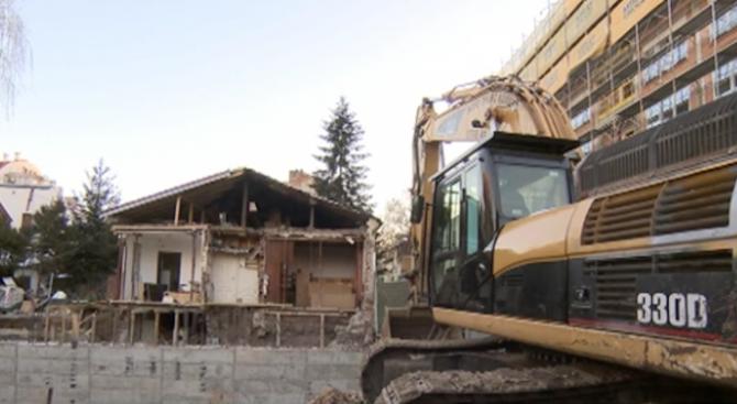 Строеж в София събори стената на обитаема къща. Изкопни дейности