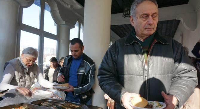 Раздадоха риба на миряните за празника на варненски храм (снимки)