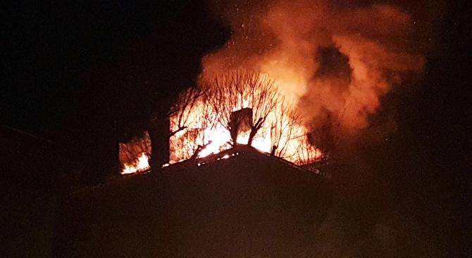 Пламъци обхванаха две къщи в центъра на Габрово. Районът е