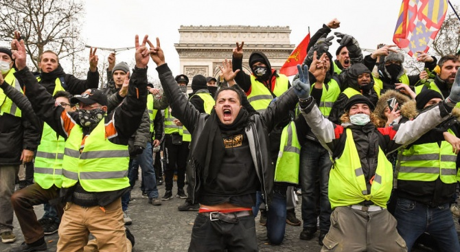 Закопчаха 12  Жълти жилетки в Париж