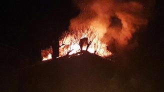 Възрастен мъж загина при пожар в кооперация в Русе (снимки)