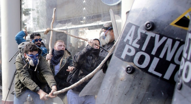 Размирици пред парламента в Атина: Над 130 души са задържани