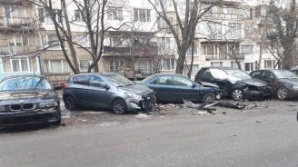 Среднощен екшън: Мъж потроши 7 коли в опит да избяга от крадци (видео)